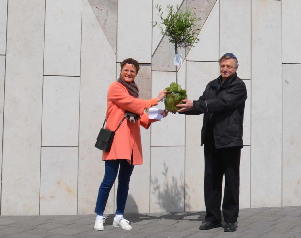 Die CDU-Stadtverbandsvorsitzende Miriam Kammerer (links) überreicht dem Vorsitzenden der jüdischen Gemeinde, Yosyp Svobodin, ein Ölbäumchen als Zeichen für Friede und Freundschaft. Foto: CDU