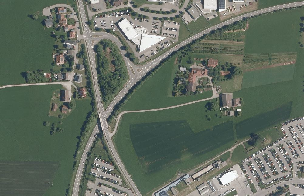 Ein zusätzlicher Zufahrtsast an der B 462 soll das Einfahren von der Aichhalder Straße erleichtern. Foto: Geoportal BW