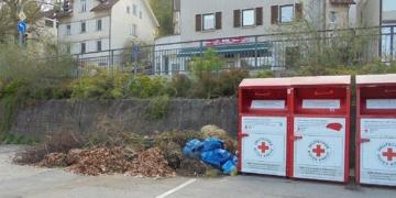 Warum auch immer: Immer wieder werfen unbekannte Zeitgenossen ihren Gartenabfall neben die Rotkreuz-Altkleidercontainer auf dem Schweizer Parkplatz. Foto: him