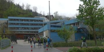 Seltener Anblick: Schülerinnen und Schüler strömen in die Schule, hier das Schramberger Gymnasium. Foto: him