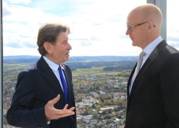 Helmut Jahn bei der Einweihung des Testturms im Gespräch mit Rottweils Oberbürgermeister Ralf Broß auf der Aussichtsplattform in 232 Metern Höhe (Foto: Stadt Rottweil).