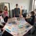 Schulleiter Dominique lang freut sich über die von Schülern gestaltete Patchworkdecke. Foto: KWS