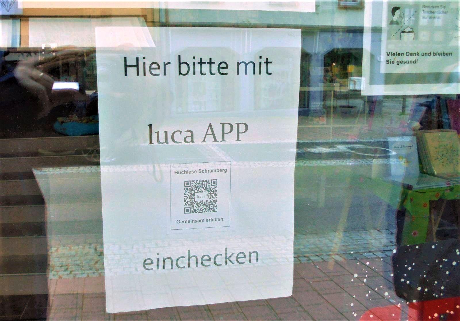 """An einigen Ladentüren wie hier an der """"Buchlese"""" findet sich schon der QR-Code der Luca-App. Foto: him"""