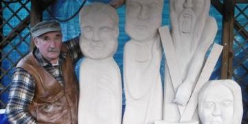 Die Thomas-Gruppe - hier vier der zwölf Figuren - ist das letzte Werk des Künstlers Werner Rauschhardt (1949-2019). Auf Maria Hochheim könnte das Ensemble seinen Platz finden. Foto: privat
