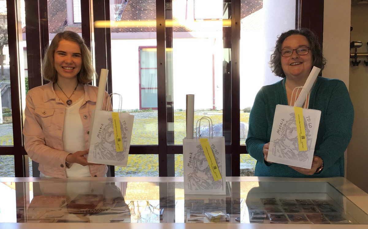 Joelina Gärtner (links) und Annette Karbstein (rechts) mit Mosaik TO GO-Paketen im Dominikanermuseum Foto: Dominikanermuseum.