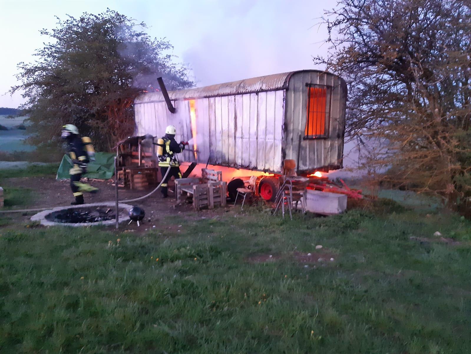 Feuerwehrleute aus Fluorn-Winzeln löschen den brennenden Bauwagen. Fotos: E. Moosmann