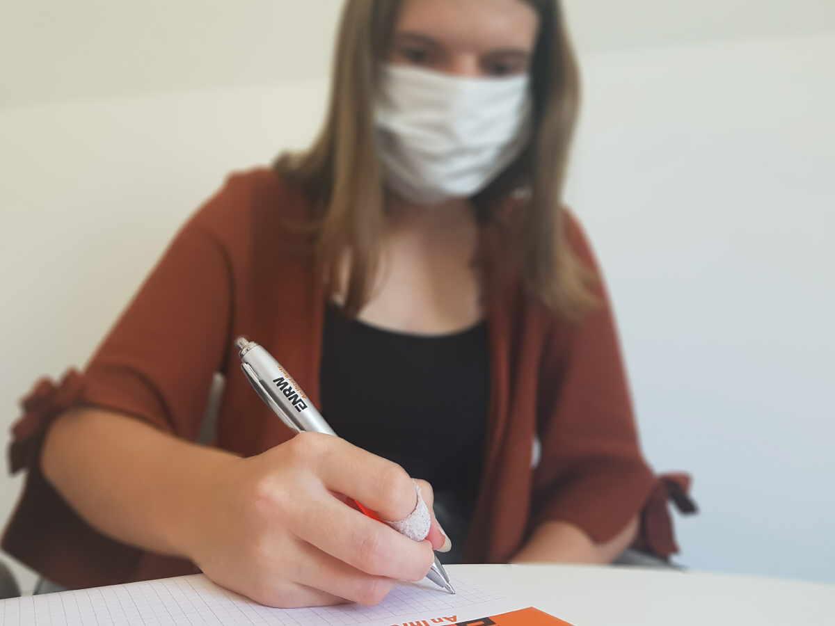Kundin mit vorgeschriebenem Mund-Nasen-Schutz.Foto: pm