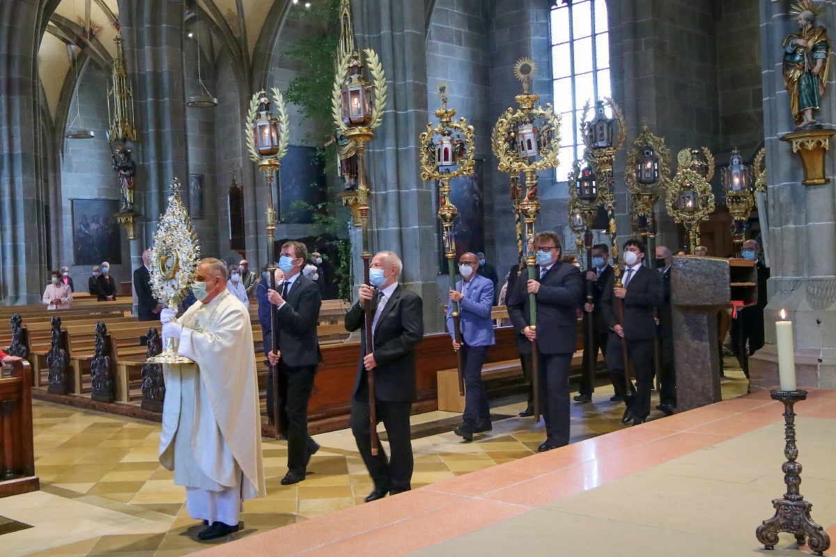 Pfarrer Rieger trägt die Monstranz bei der kleinen Fronleichnamsprozession durchs Münster. Foto: Berthold Hildebrand