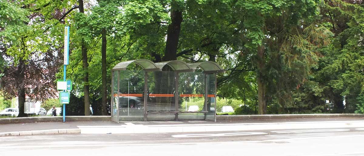 """Bereits barrierfrei umgebaut ist die Haltestelle in Rottweils Königstraße bei der """"Villa"""". Foto: wede"""