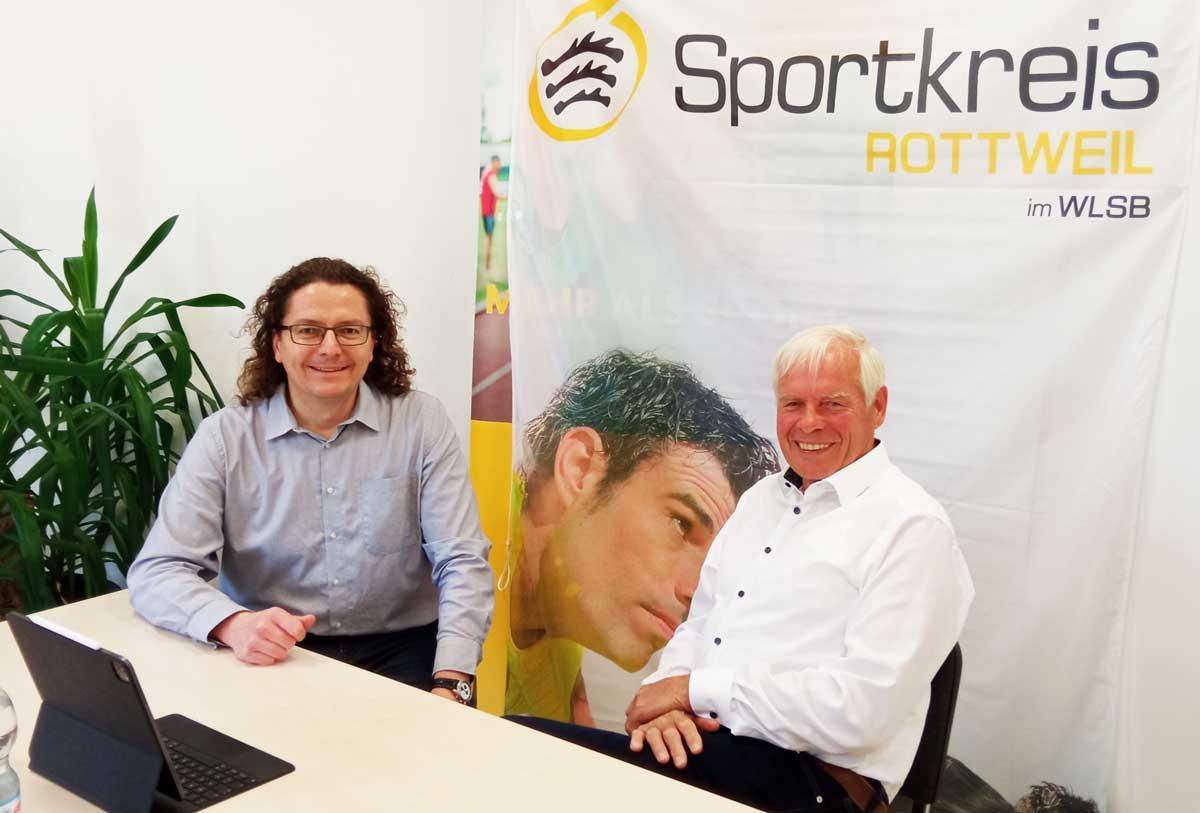 Sportkreispräsident Karl-Heinz Wachter (rechts) und Vizepräsident Joachim Thiele freuen sich in der Geschäftsstelle in Sulz über den problemlosen Verlauf des ersten Online-Sportkreistages. Foto: Sportkreis