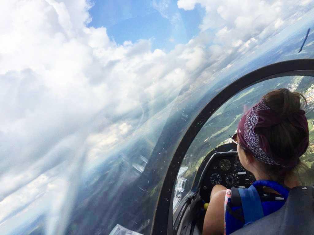 Elena auf dem Pilotensitz bei einem ihrer vielen Schulflüge vom Fluglehrer fotografiert. Foto: pm