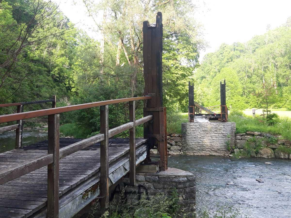 Die Reste der abgebrannten Schindelbrücke bei der Neckarburg.