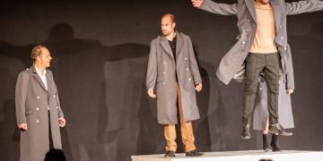 """MIt Schwung wieder dabei: Das Team des Zimmertheaters Rottweil - hier bei der Aufführung des Kleist-Klassikers """"Prinz Friedrich von Homburg"""" am Freitagabend. Alle Fotos: Thomas Decker"""