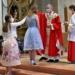 Die Firmlinge von Heilig-Kreuz mit Pfarrer Timo Weber. Fotos: Berthold Hildebrand