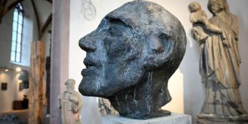 In der Lorenzkapelle entstehen reiche Blickbeziehungen zwischen den Arbeioten  von Siegfried Haas und den alten Steinbildwerken. Foto: al