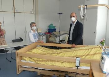 Das Pflegebett wandert mit auf den Sulgen. Gabriele Siegl-Bialas und Axel Rombach. Fotos: him