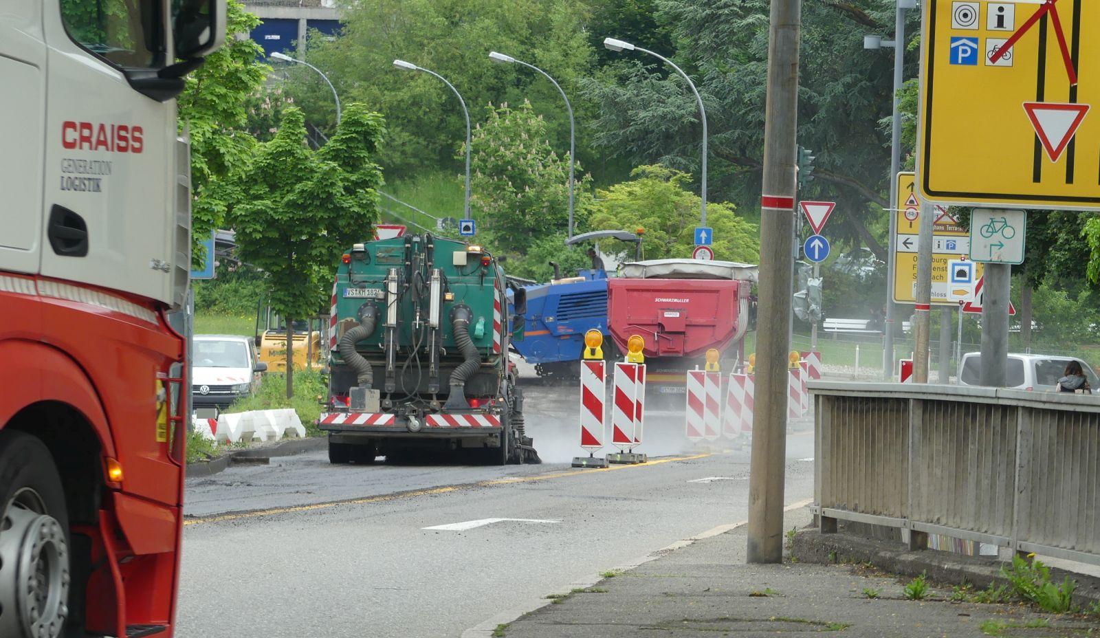 Bauarbeiter haben bereits die oberste Asphaltschicht auf der linken Fahrspur abgefräst. Fotos: him