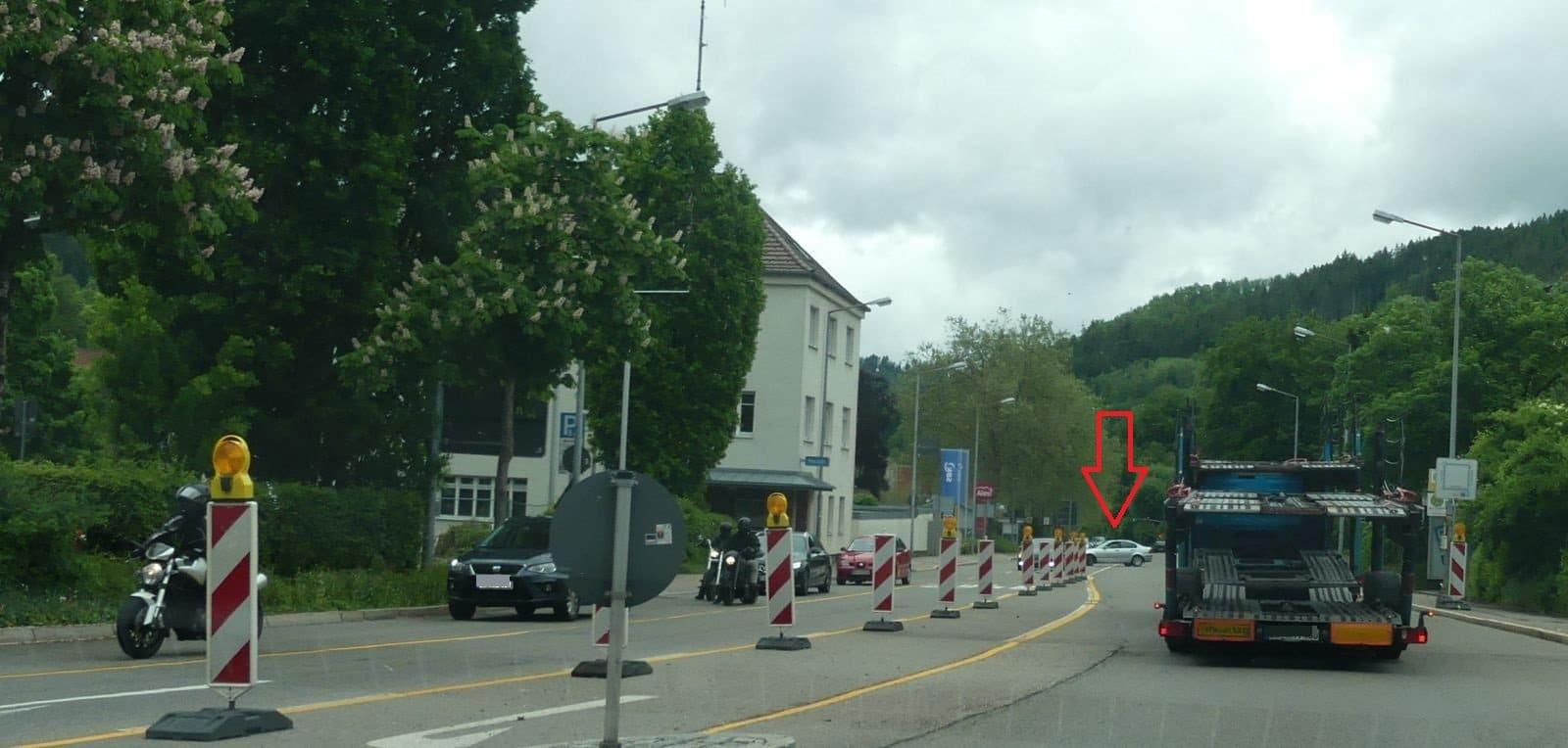 Ein Autofahrer (Pfeil) wählt den kürzeren Weg und wendet beim Polizeirevier statt die ausgeschilderte Strecke  um das Kaufland zu fahren. Fotos: him