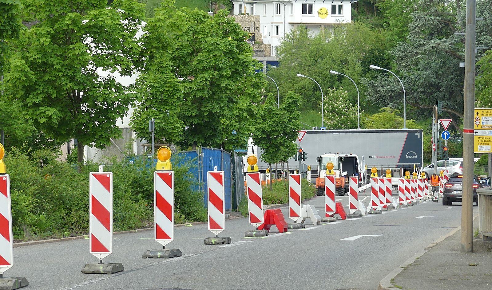 Keine Durchfahrt Richtung Tunnel oder Innenstadt: Bauarbeiter richteten am Freitagvormittag die Baustelle zwischen Paradiesplatz und Schlossplatz ein. Fotos: him