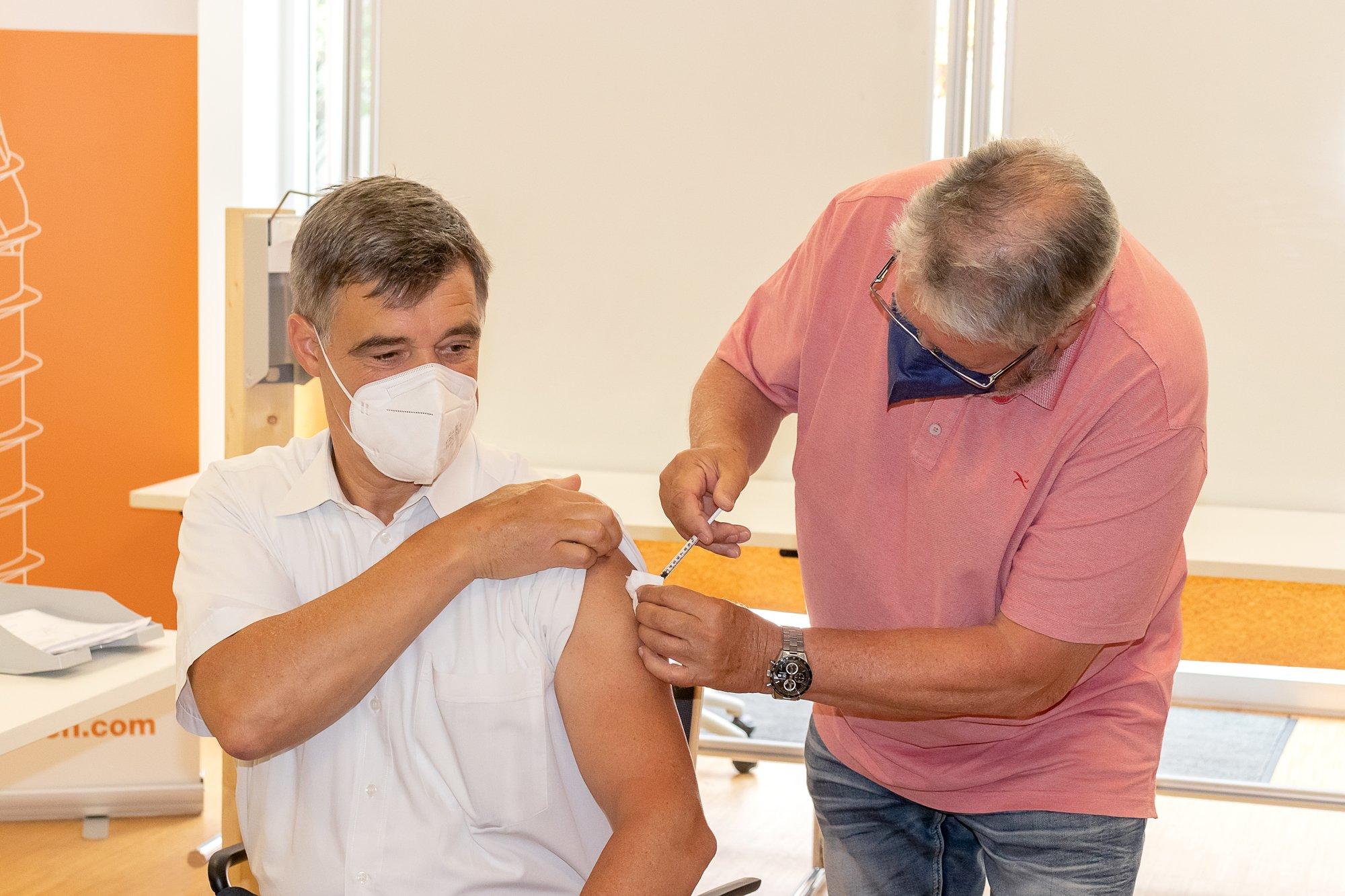 HECO-Geschäftsführer Achim Carstanjen und Dr. med. Argast zeigen: Der Impfstart bei HECO hat begonnen. Foto: HECO-Schrauben
