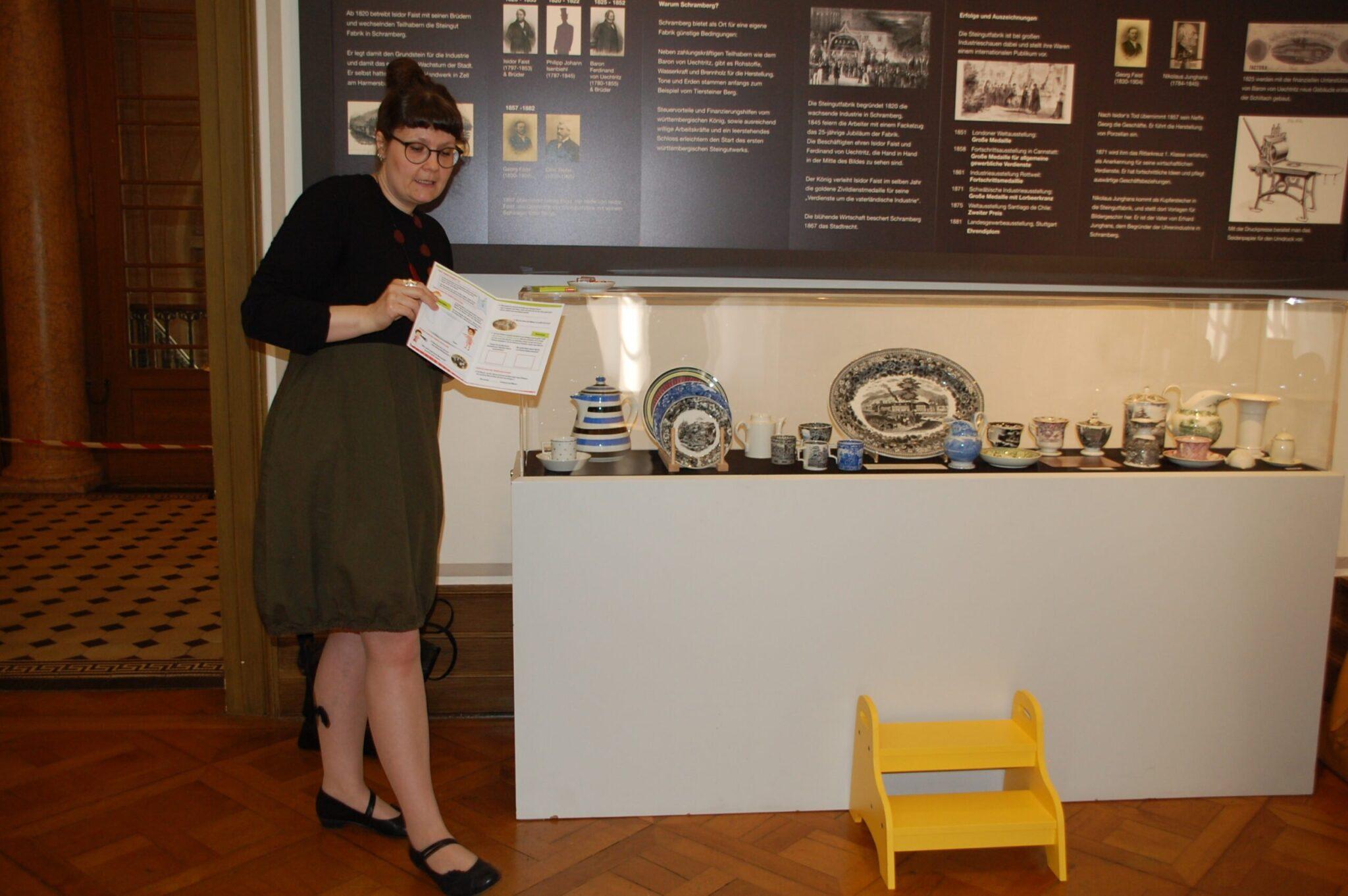 Annette Hehr, Kuratorin der Majolikaausstellung, stellt die liebevoll entwickelte Kinderspur im Museum vor. Alle Fotos: lm