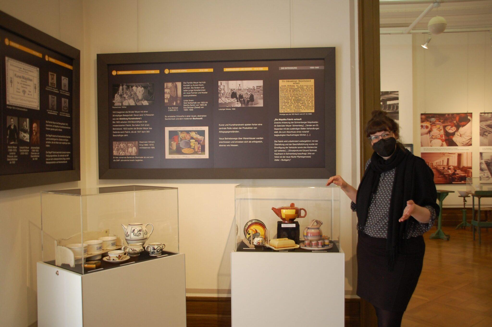 """Die Kuratorin des Stadtmuseums Schramberg, Annette Hehr, gibt einen Rundgang durch die neue Sonderausstellung """"Alle Tassen im Schrank"""" zum 200-jährigen Jubiläum der Majolikafabrik. Alle Fotos: lm"""