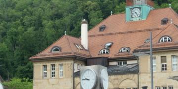Die Rathausuhr steht. Fotos: him