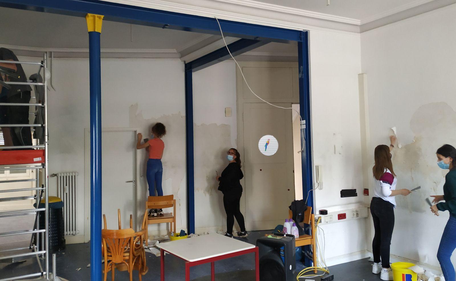 Es wird geschafft: In den Räumen des ehemaluigen Notariats renovieren die Jugendlichen mit. Fotos: pm