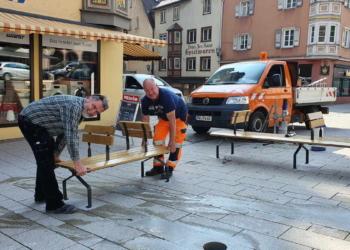 """Ab sofort heißt es in der Innenstadt: """"Rottweil sitzt"""": Winfried Ehrler (links) und Gerold Stumpp (rechts) vom städtischen Betriebshof montieren die Bänke vom Typ """"Ça va"""". Die Sessel vom Typ """"Combo"""" folgen in den nächsten Tagen. Foto: Stadt Rottweil"""
