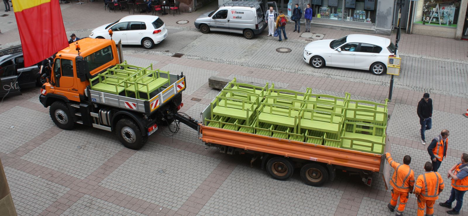 Im April 2018 brachten die Bauhofmitarbeiter die grün gestrichenen Bänke in die Stadt und die Geschäftsleute holten sie ab. Archivfoto: pm
