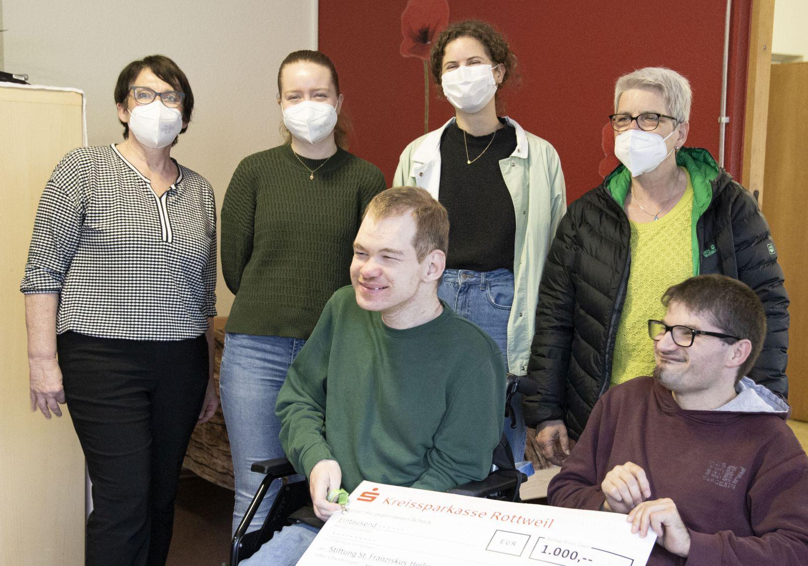 Glückliche Bewohner der Wohngruppe Pirmin mit Gruppenleitung und Vertreter der Katholischen junge Gemeinde aus Oberndorf bei der Spendenübergabe. Foto: pm