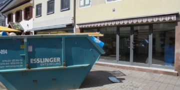 Im Container landeten die Einrichtungsreste der Bäckereifiliale Stemke. Foto: him