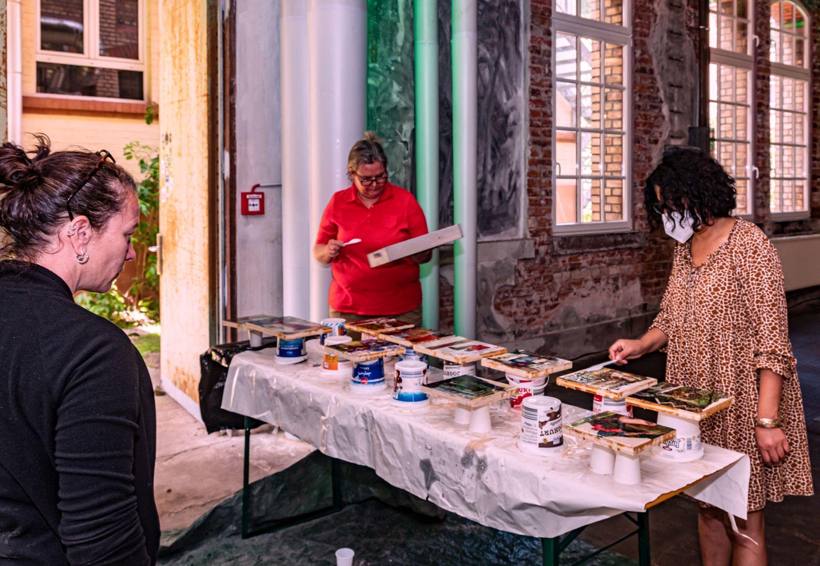 In der »Szene 64« haben die Teilnehmer des Workshops ihren eigenen Arbeitsplatz mit genügend Abstand zueinander. Künstlerin Anne Hess (links) steht mit Rat und Tat zur Seite.
