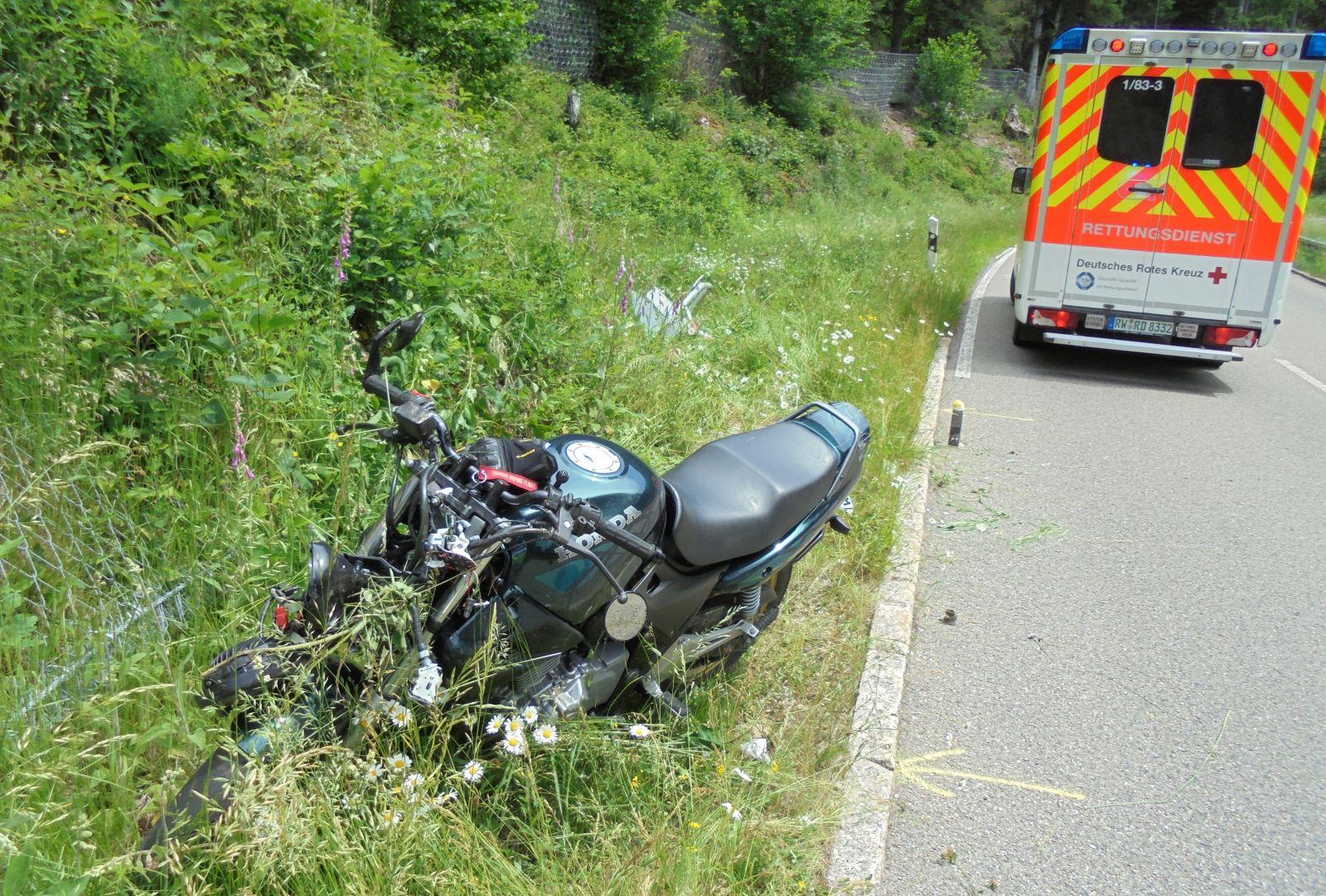 Mit einer Honda ist am frühen Sonntagnachmittag ein junger Motorradfahrer im Bernecktal verunglückt.