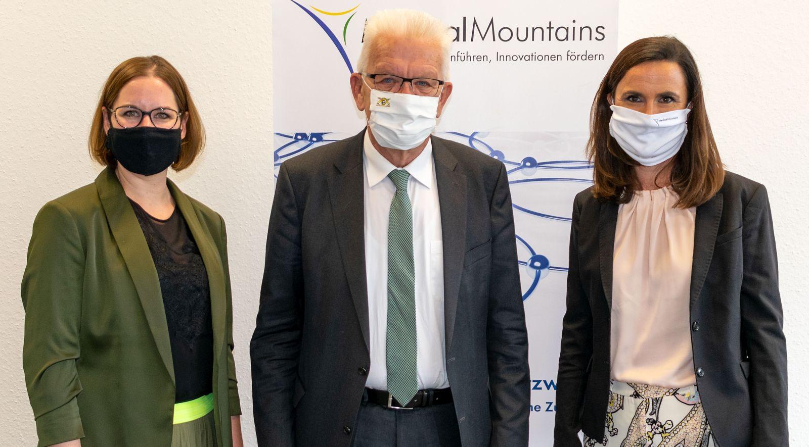 MedicalMountains-Geschäftsführerinnen Julia Steckeler (links) und Yvonne Glienke mit Mi9nisterpräsident Winfried Kretschmann. Foto: pm