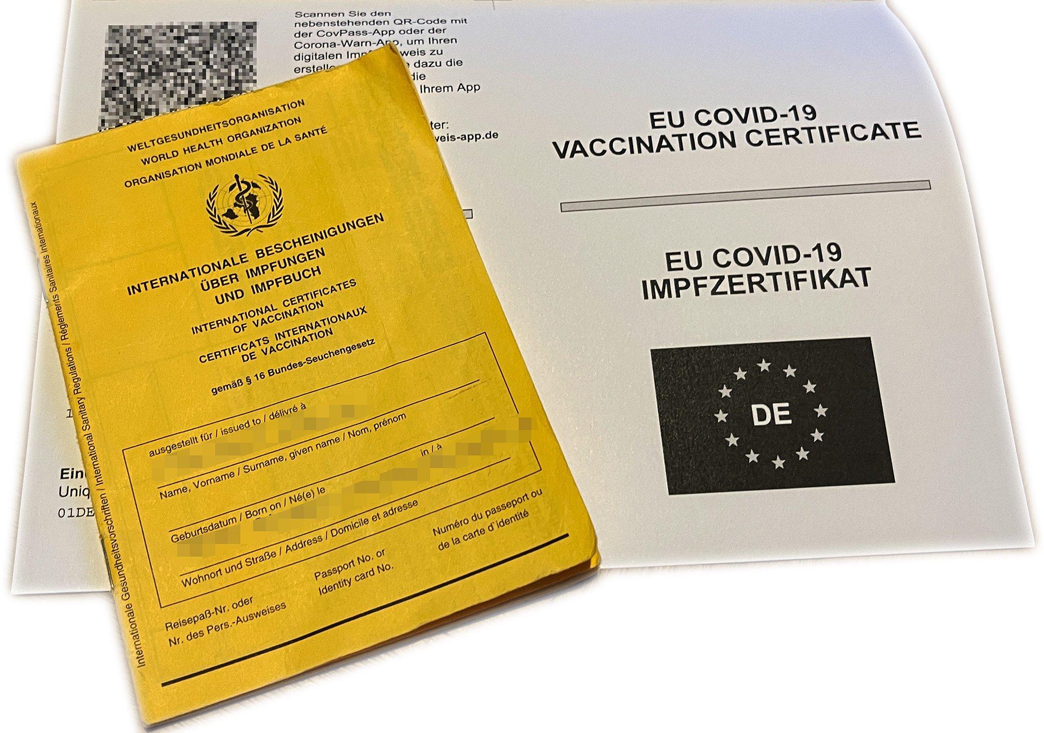 Dienen als Nachweis der Impfungen: Impfpass und Dokument aus dem Kreisimpfzentrum. Foto: gg