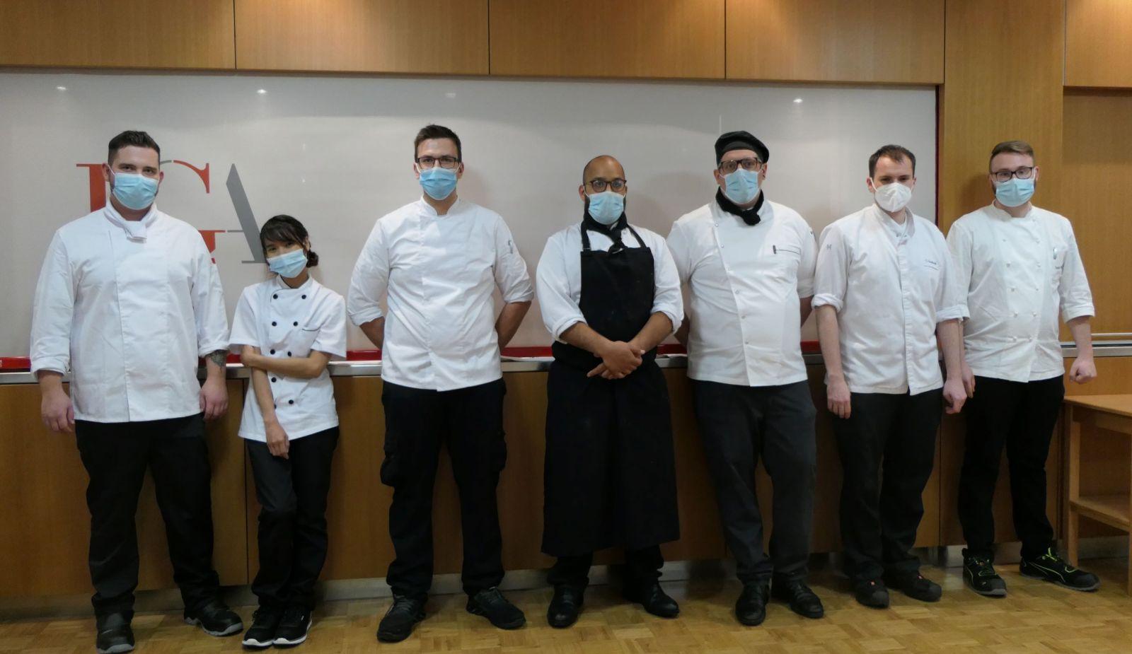 Die erfolgreiche Küchenmeisterin und hre männlichen Kollegen freuen sich auch vor der Kamera über die bestandene Prüfung. Foto: pm