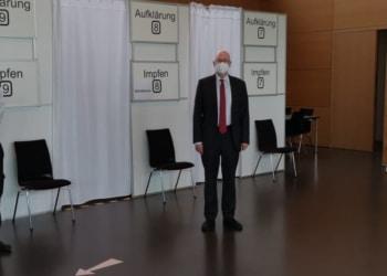 Landrat Dr. Wolf-Rüdiger Michel bei seinem Informationsbesuch im Kreisimpfzentrum zusammen mit dessen Leiter Nicos Laetsch (link) und der ärztlichen Leiterin Martine Hielscher (rechts). Foto: pm