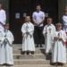 Pfarrvikar Florian Störzer und Gemeindereferent Igor Begic mit den Erstkommunikanten von Heilig-Kreuz. Fotos: Berthold Hildebrand
