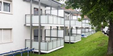 Die Balkone im Stadtbau-Haus an der Burkardstraße sind dran - sehr zur Freude der Bewohner. Foto: wede