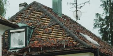 Das soll verhindert werden: Hagelschaden an einem Haus (in Trossingen 2006). Archiv-Foto: wede