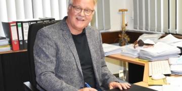 Peter Hauser an seinem Schreibtisch im Neuen Rathaus. Foto: wede
