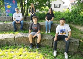 Die Preisträger von links: Yamen Koudjil, Lara Sophie Wagner, Lenny Glatthaar, Lena Gwinner und Hamidi Mirza. Foto: Schule