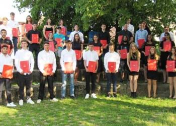 Abschied mit Abschluss: Die Schulabgänger und -innen der Villignendorfer Schule. Foto: Schule