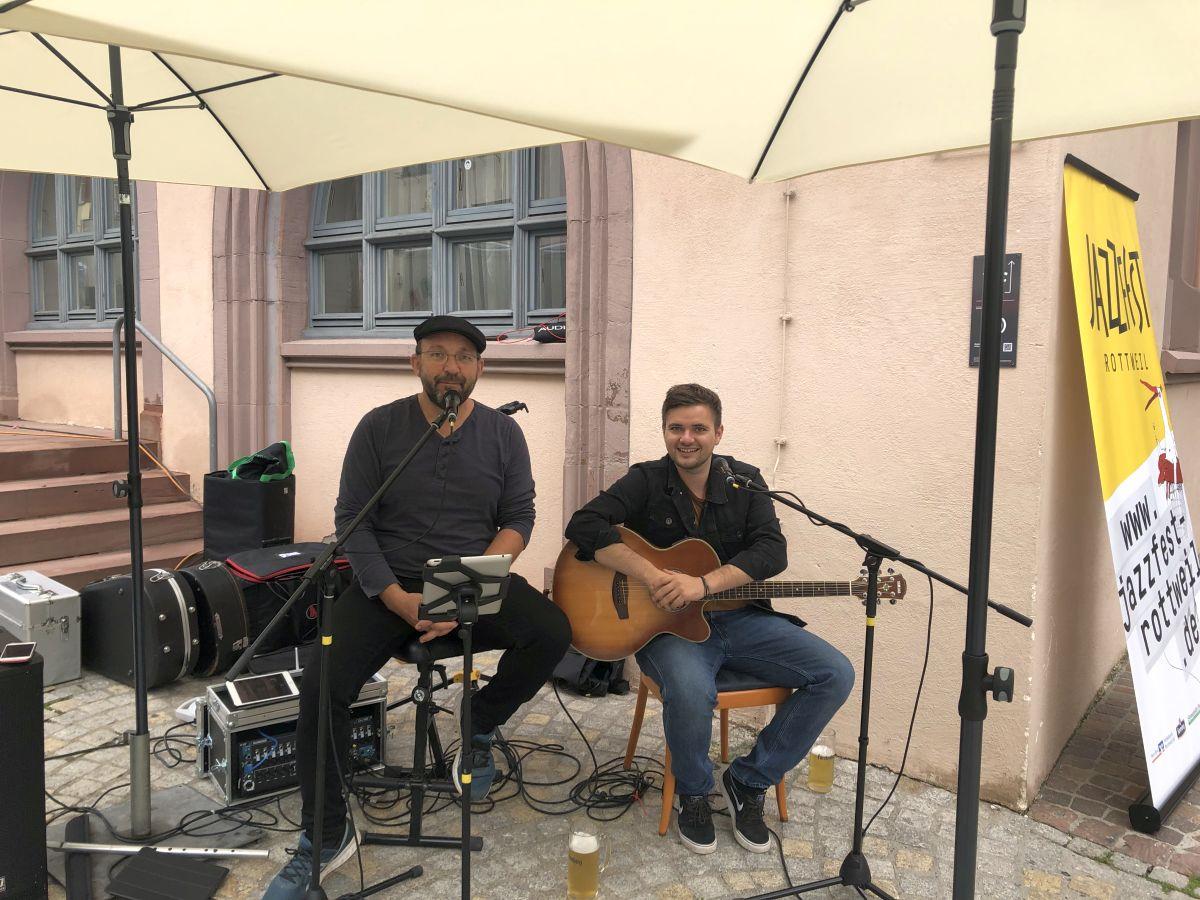 Musik und Bierchen: Volker Basler (links) und André Ernst. Foto: Günter Lang
