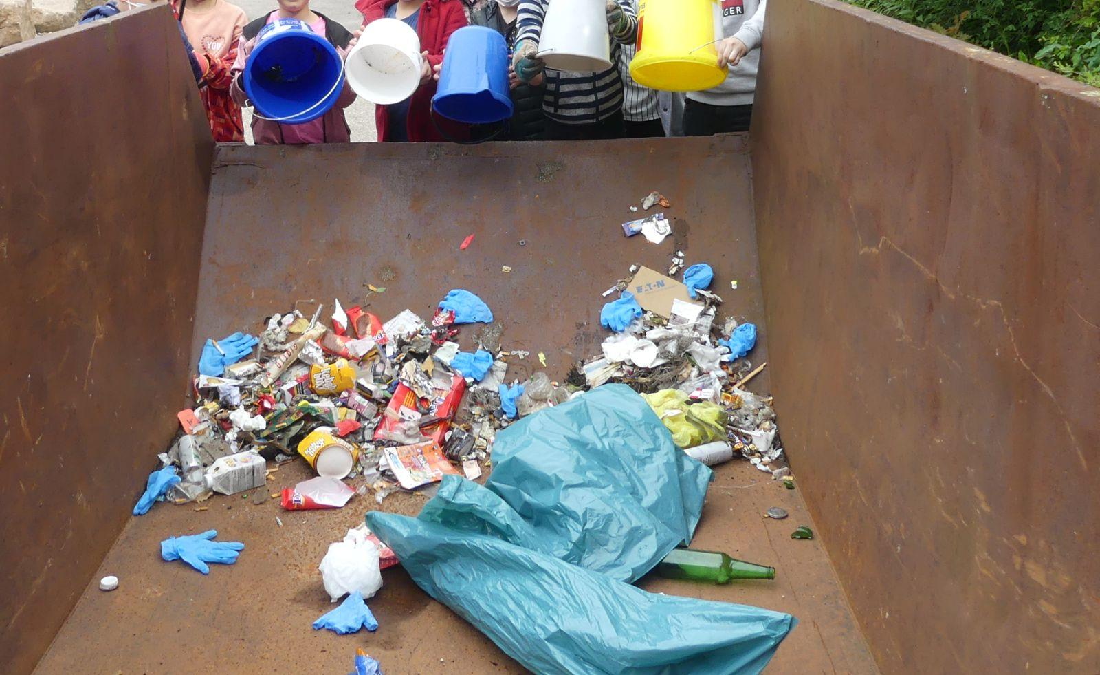 Müllsammelaktion der Berneckschule. Foto: him