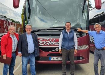 Berthold Kammerer (von links) und Mirko Witkowski informierten sich im Gespräch mit Norbert und Gerhard Echle über die Situation der Reisebranche.  Foto: pm