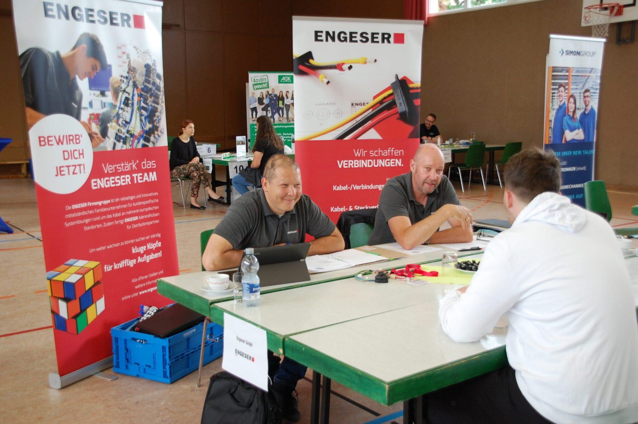 Ein potentieller Bewerber im Gespräch mit Vertretern der Firma Engeser, die auch beim Speed-Dating vertreten ist. Alle Fotos: lm