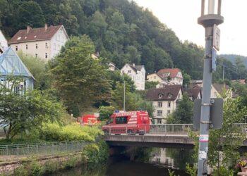Die Feuerwehr begann am Freitagabend, das Wasser der Schiltach in Schramberg Richtung Majolika zu filtern. Noch sind Herkunft des Öls und mögliche Umweltschäden unklar. Foto: privat