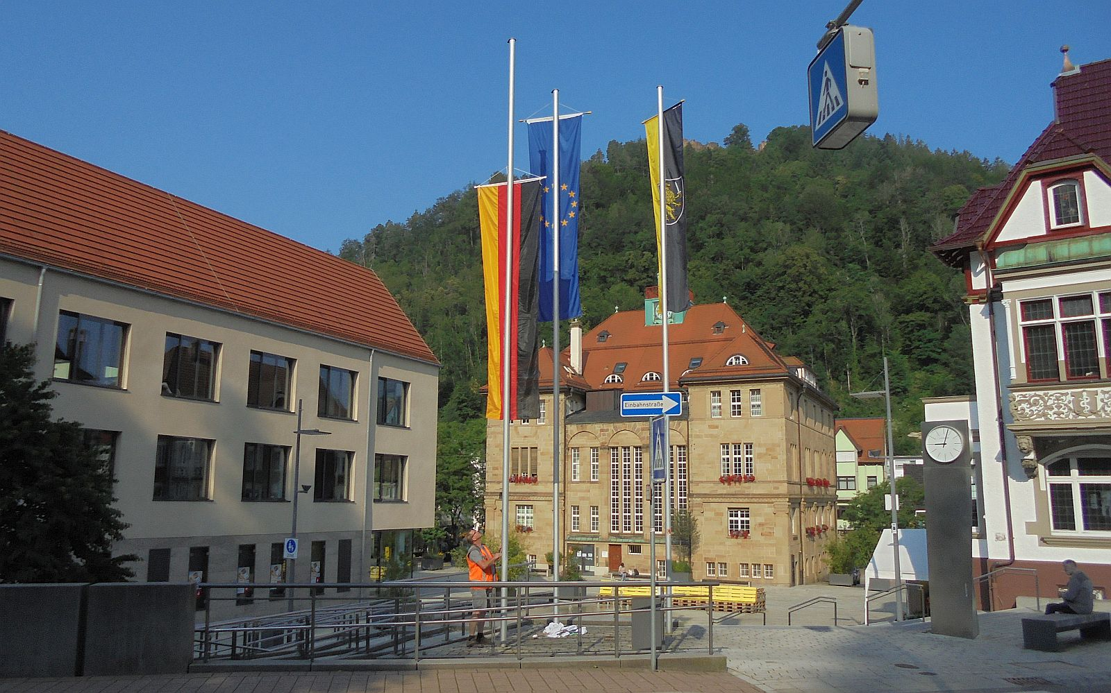 Ein Mitarbeiter des Bauhofs tauscht die Naturpark-Fahne gegen Schwarz-Rot-Gold aus. Foto him